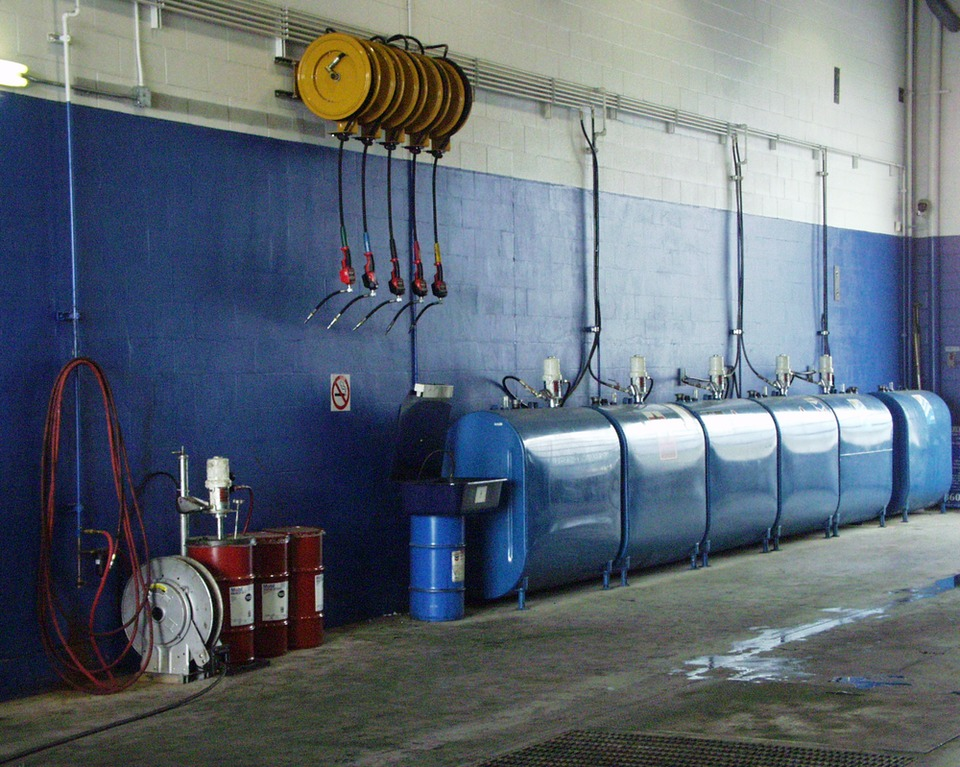 Vehicle lubricant storage and dispensing systems for Storage bay