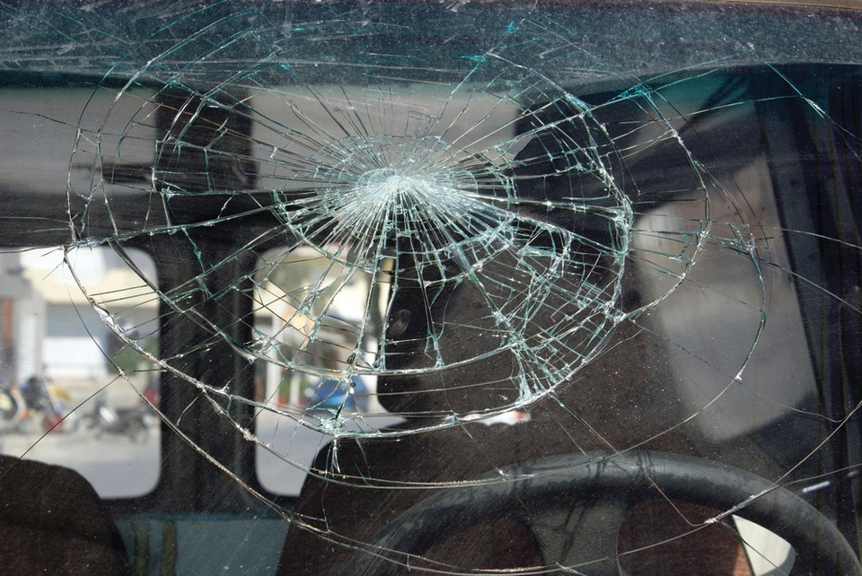 Five Factors To Consider Before Fixing Damaged Auto Glass
