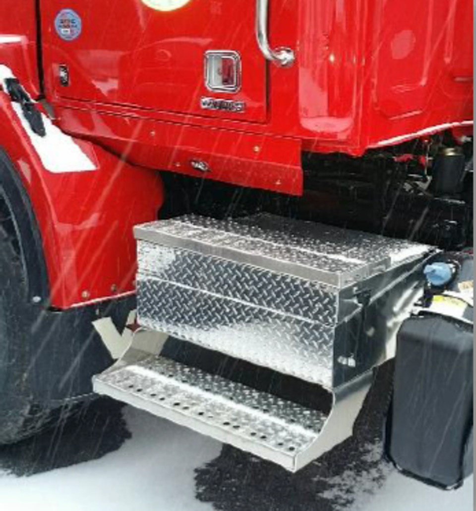 With cab access and increased ground clearance, the aluminum diamond plate  toolbox this is durable enough to withstand harsh working conditions.