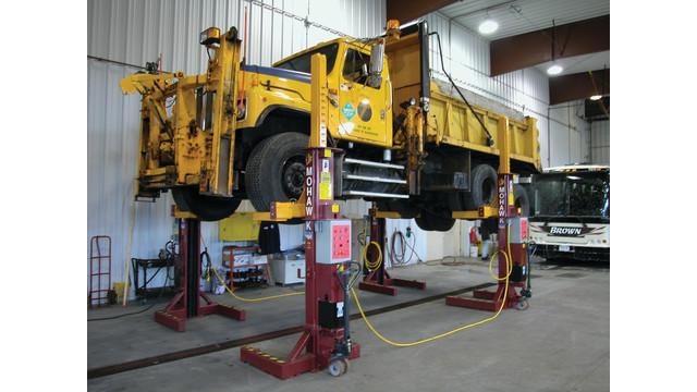 dump-trk-on-lift_10939060.psd